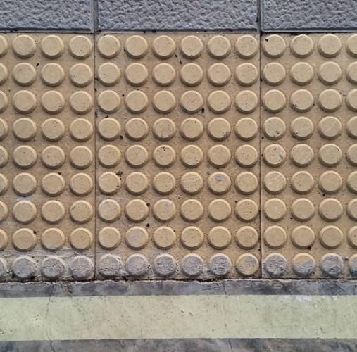 multiplicar 9 por 6 se puede ver por los suelos cuando colocas 9 filas de 6 botones