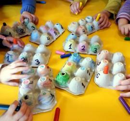 varios niños preparan el juego matemático superseis